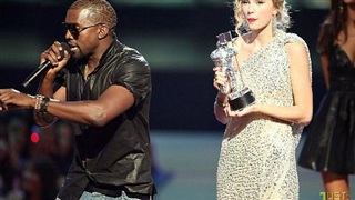 Kanye West giật micro của Taylor Swift